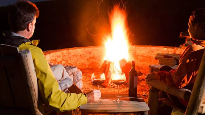 Feuerschale am Abend