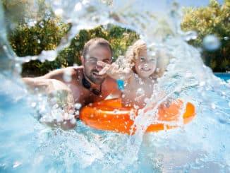 Vater und Kind im Pool