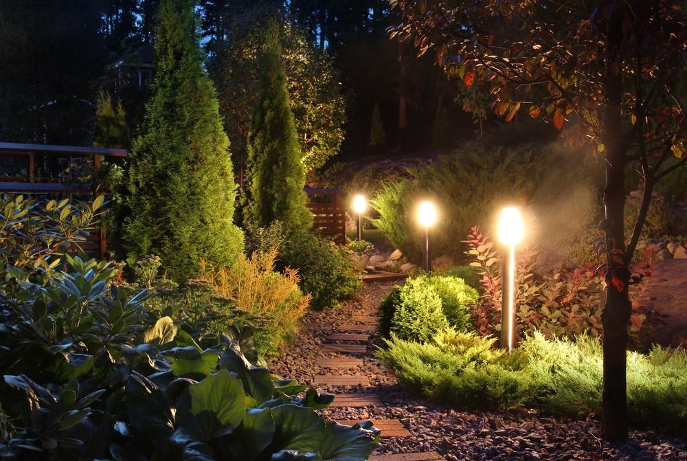 Beleuchteter Gartenweg
