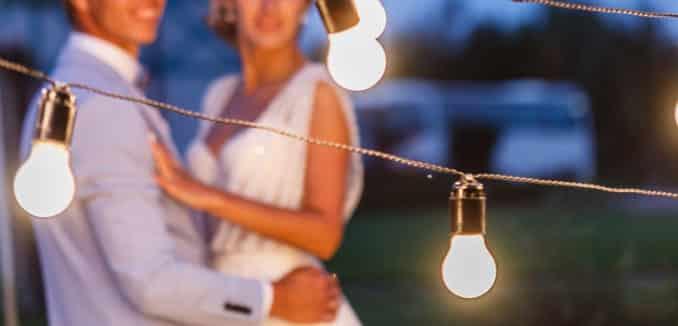 Romantische Terrasse mit Lichterketten