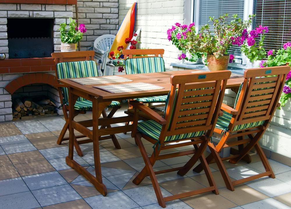 Tisch mit vier Gartenstühlen