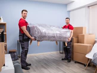 Umzugsunternehmen transportiert eine Couch