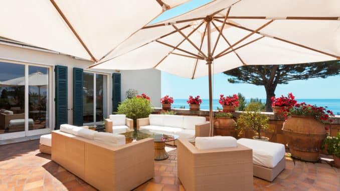 Terrasse mit 2 Sonnenschirmen