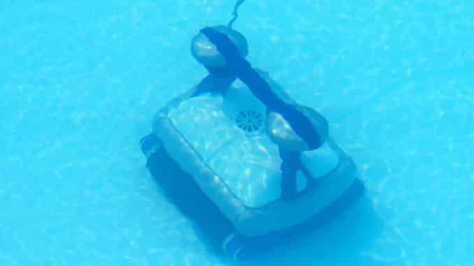 Poolroboter im Wasser