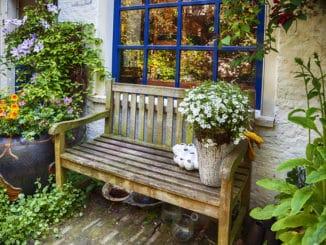 Gartenbank dekorieren