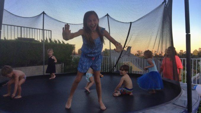 Trampolin mit vielen Kindern