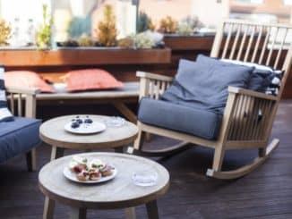 gemütliche Holzterrasse mit Gartenmöbeln