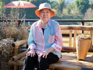 ältere Dame auf einer Terrasse