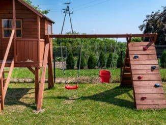 Kletterturm und Haus für den Garten