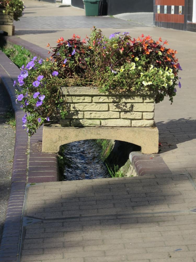 Blumenkübel über Wasserlauf