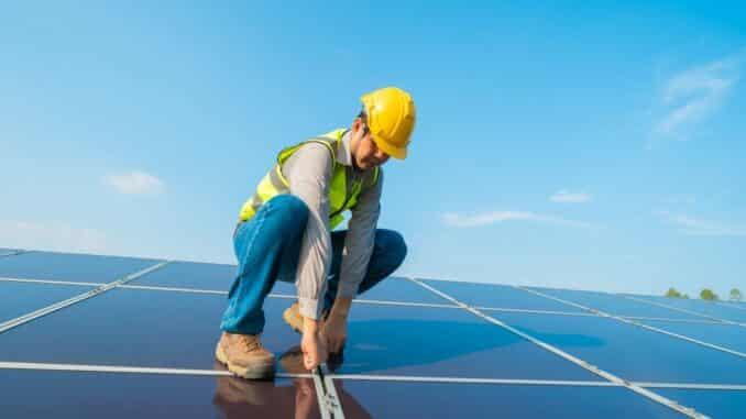 Solaranalage wird auf Terrassendach montiert